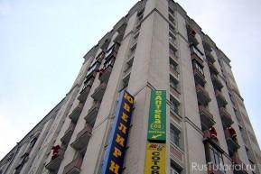 Высотные здания для Деда Мороза не помеха: вскарабкается без труда и подарков-то насуёт