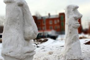 Классический русский снеговик устанавливается зимой у дороги