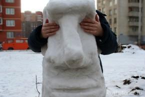 Классический русский снеговик изготавливается достаточного размера