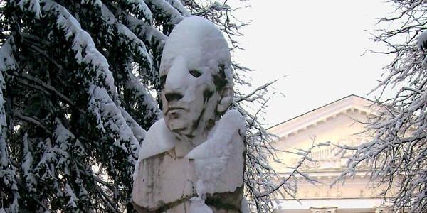 Снеговик, изготовленный бесснежным способом, прекрасно ведёт себя при снегопадах